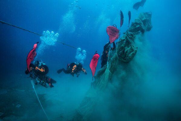 I subacquei fanno del loro meglio per ripulire il fondale. - Sputnik Italia