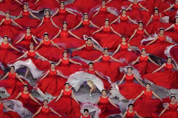 Le ballerine prendono parte a uno spettacolo in vista del 100° anniversario della fondazione del Partito Comunista Cinese a Pechino lunedì 28 giugno 2021. - Sputnik Italia