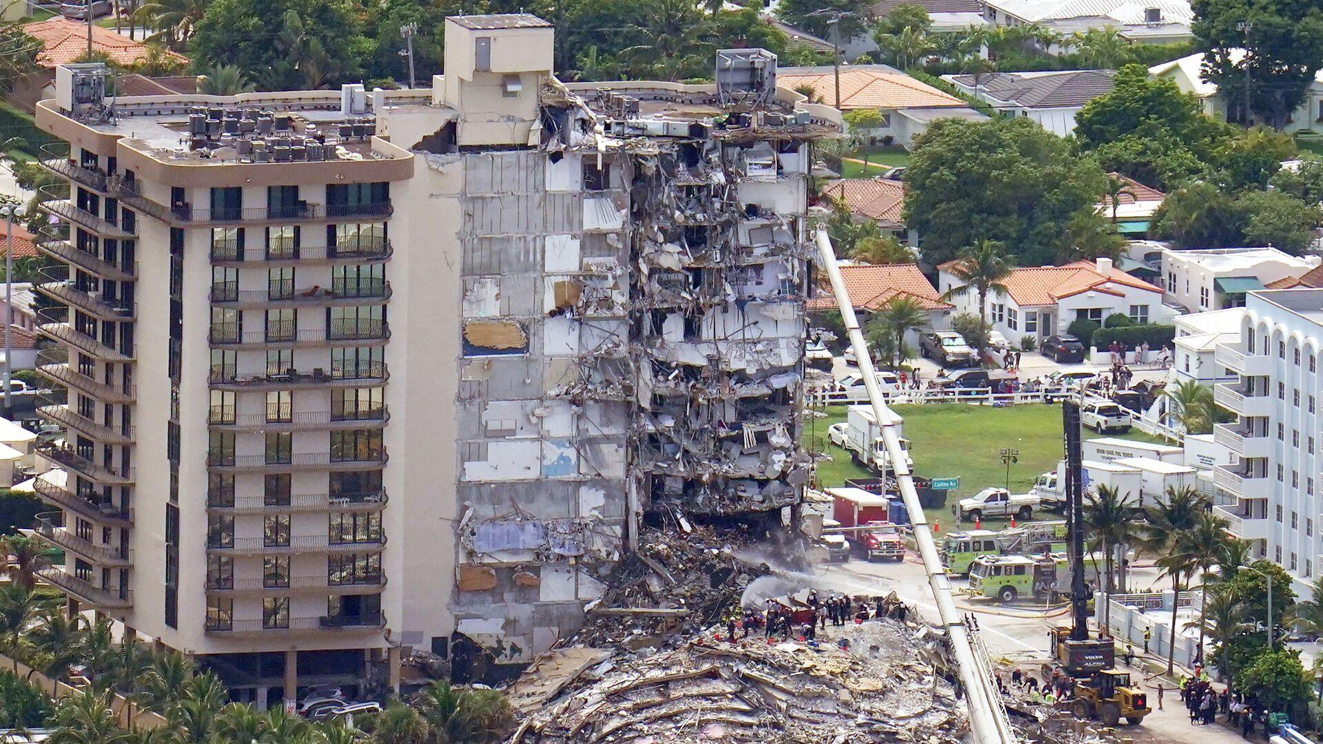 Рабочие обыскивают завалы здания в Серфсайде, штат Флорида - Sputnik Italia, 1920, 05.07.2021