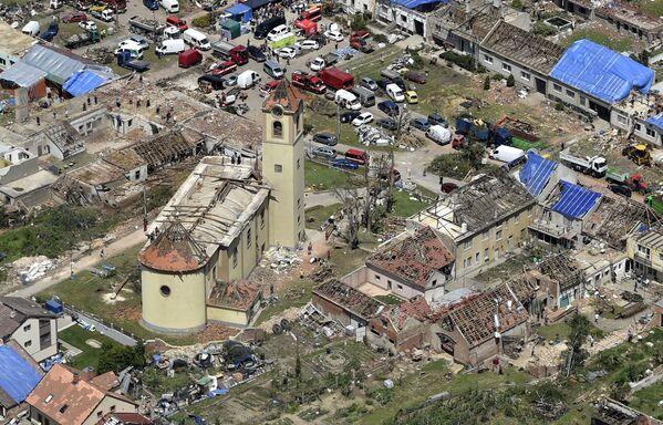 Non è ancora chiaro il numero delle vittime, ma decine di persone sono rimaste ferite dopo che un violento tornado ha raso al suolo le case nel sud-est della Repubblica Ceca il 24 giugno 2021. - Sputnik Italia