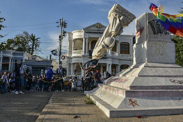 I manifestanti abbatono una statua di Cristoforo Colombo durante una manifestazione contro il governo a Barranquilla, in Colombia, il 28 giugno 2021. - Sputnik Italia
