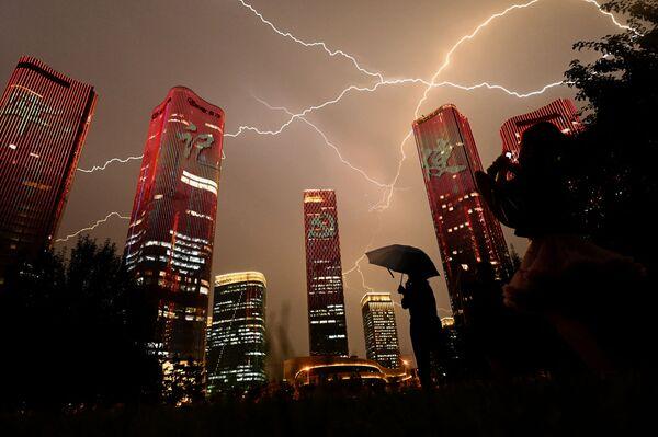 Grandi proiezioni, video mapping e giochi di luce sugli edifici alla vigilia del 100° anniversario del Partito Comunista Cinese a Pechino, il 30 giugno 2021. - Sputnik Italia