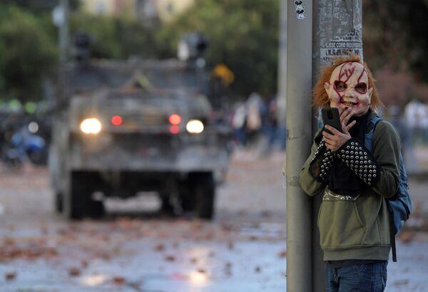 Un manifestante che indossa una maschera durante gli scontri con la polizia antisommossa scoppiati durante la protesta contro il governo del presidente colombiano Ivan Duque, nel quartiere di Suba, Bogotà, il 29 giugno 2021. - Sputnik Italia