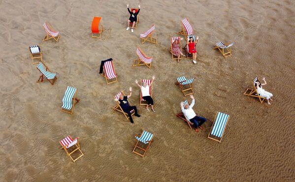 Le persone in posa per una fotografia sulla spiaggia a Blackpool, in Gran Bretagna, il 29 giugno 2021. - Sputnik Italia