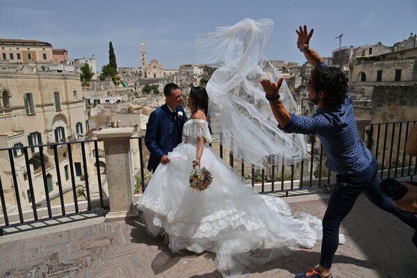 Una coppia di sposi a Matera, Italia, il 29 giugno 2021. - Sputnik Italia
