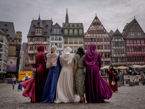 Una sposa e le sue amiche dopo un matrimonio in piazza Roemerberg a Francoforte, in Germania, venerdì 25 giugno 2021. - Sputnik Italia
