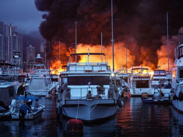 Un incendio è scoppiato al rifugio anti-tifone di Aberdeen a Hong Kong all'inizio del 27 giugno 2021, travolgendo oltre una dozzina di navi, molte utilizzate come alloggi a tempo pieno da residenti locali. - Sputnik Italia