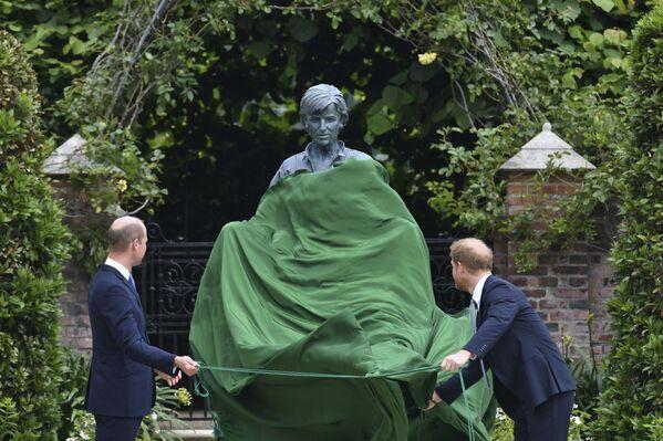 l principi William e Harry hanno inaugurato la statua in memoria della madre Diana, tragicamente scomparsa nel 1997. Lady D oggi avrebbe compiuto 60 anni. Durante la cerimonia nessuna riconciliazione tra i due fratelli arrivati al Sunken Garden scambiandosi solo poche parole. - Sputnik Italia