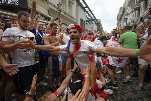 I fan della Francia prima della partita Euro 2020 tra Francia e Svizzera nel quartiere della città vecchia di Bucarest, in Romania, lunedì 28 giugno 2021. - Sputnik Italia