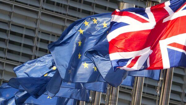 Флаги Европейского союза и флаг Великобритании развеваются на ветру возле штаб-квартиры ЕС в Брюсселе - Sputnik Italia