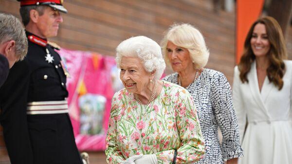 Королева Елизавета с герцогиней Кембриджской Кэтрин и герцогиней Корнуоллской Камиллой во время приема на саммите G7 в Корнуолле - Sputnik Italia