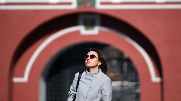 Девушка на Красной площади в Москве - Sputnik Italia