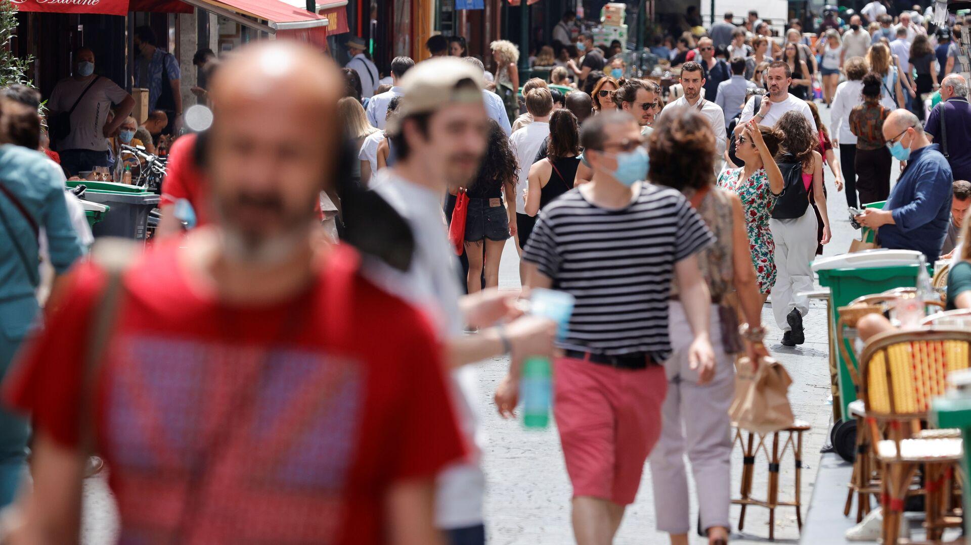 Persone a Parigi dopo la revoca dell'obbligo di indossare la mascherina all'aperto - Sputnik Italia, 1920, 06.07.2021