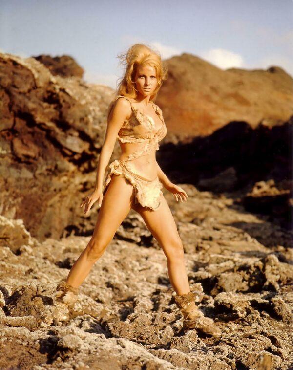 """Per alcuni il bikini più sexy della storia del cinema è quello di Raquel Welchin in """"Un milione di anni fa"""". Nel film del 1966 l'attrice impersonava una splendida donna preistorica vestita solo di un succinto due pezzi di pelle. - Sputnik Italia"""