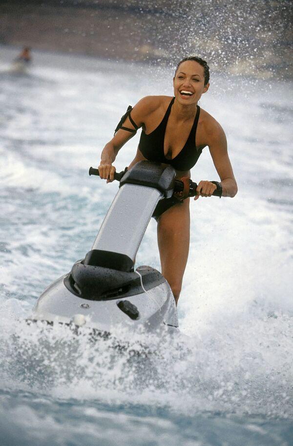 La sensuale Angelina Jolie all'apice della sua forma fisica interpreta l'eroina dei videogame più famosa al mondo Lara Croft, nel secondo film tratto dalla serie di videogiochi Tomb Raider. - Sputnik Italia