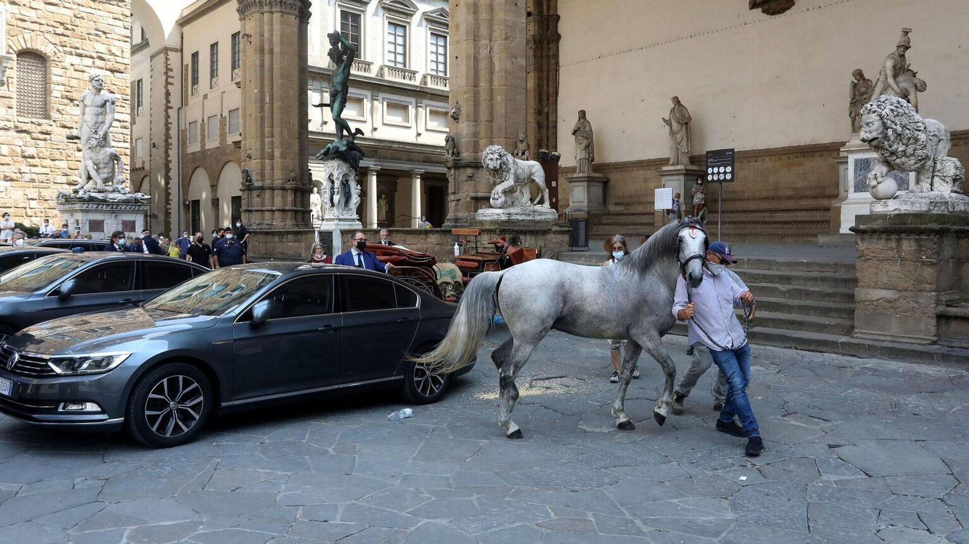 Carrozze con cavalli in centro a Firenze - Sputnik Italia, 1920, 05.07.2021
