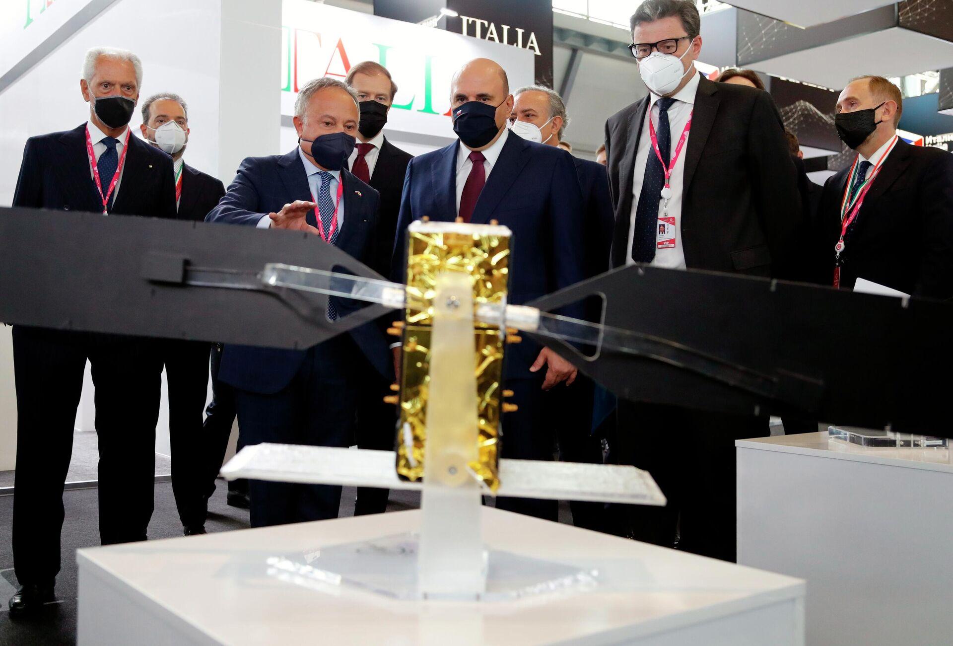 Il primo ministro russo Mikhail Mishustin nel padiglione italiano alla fiera dell'innovazione e della tecnologia INNOPROM - Sputnik Italia, 1920, 05.07.2021