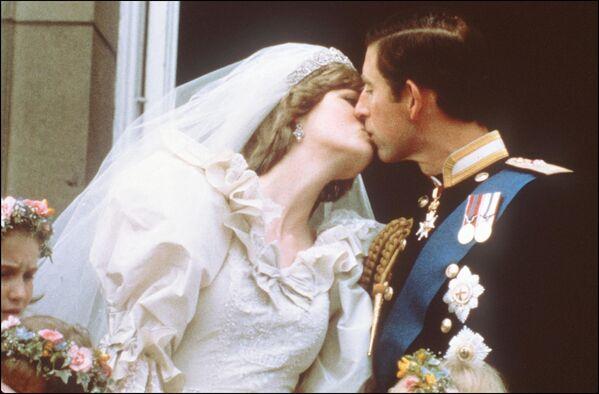 Carlo, Principe di Galles, bacia la sua sposa, Lady Diana, sul balcone di Buckingham Palace, il 29 luglio 1981, dopo il loro matrimonio nella Cattedrale di St Paul. - Sputnik Italia