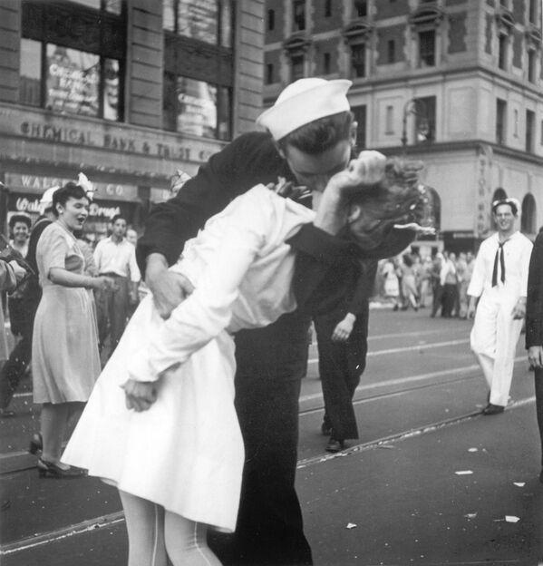 La fotografia più famosa di Alfred Eisenstaedt rappresenta un marinaio americano che bacia una giovane donna, il 14 agosto 1945, a Times Square. Il giorno in cui si festeggiava a New York la fine della Seconda Guerra Mondiale. - Sputnik Italia
