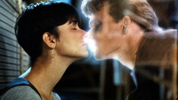 Una delle scene d'amore più celebri della storia del cinema. Patrick Swayze e Demi Moore in Ghost - Fantasma, 1990. - Sputnik Italia