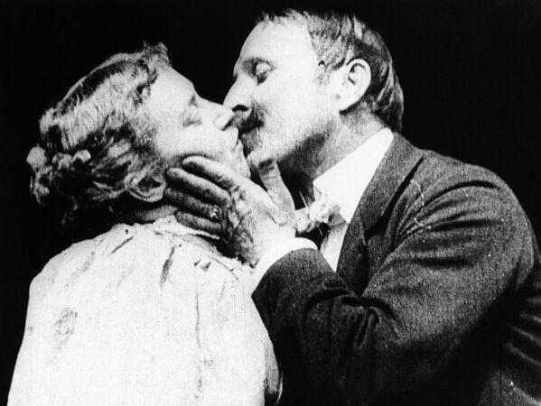 """Questa è una rara foto del primo bacio mostrato nel film. È una scena dal film """"The Kiss"""" con May Irwin e John C. Rice, che turbò l'opinione pubblica nel 1896. - Sputnik Italia"""