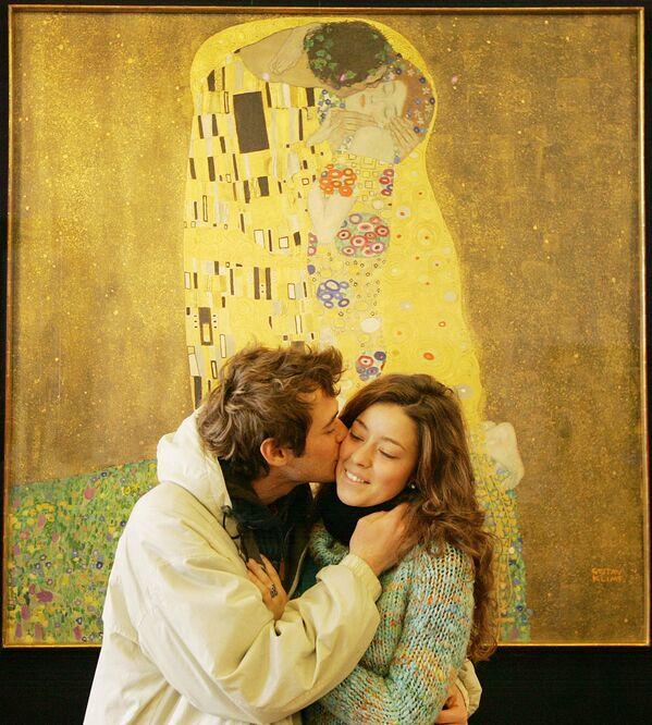 """Un visitatore del Museo del Belvedere bacia la sua fidanzata davanti al dipinto di Gustav Klimt """"Der Kuss"""" (Il bacio, 1909) il 24 febbraio 2009 a Vienna.  - Sputnik Italia"""