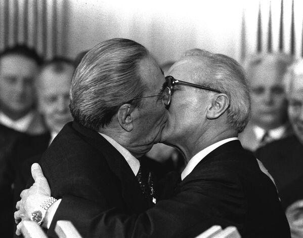 Il bacio tra Erich Breznev e Leonid Honecker è stato il simbolo della Guerra fredda. La foto fu scattata da Regis Bossu, 1979.  - Sputnik Italia