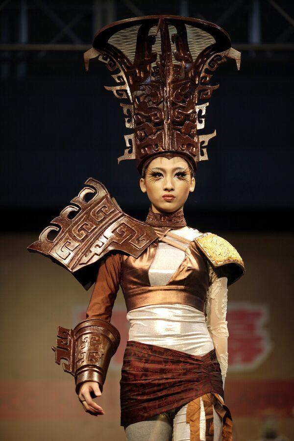 Una modella mostra abiti parzialmente fatti di cioccolato a Shanghai, Cina, il 15 dicembre 2011. - Sputnik Italia