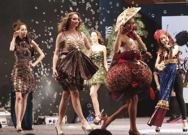 Le modelle camminano in vestiti parzialmente fatti di cioccolato durante il Chocolate Fashion Show a Seul, in Corea del Sud, 16 gennaio 2014. - Sputnik Italia