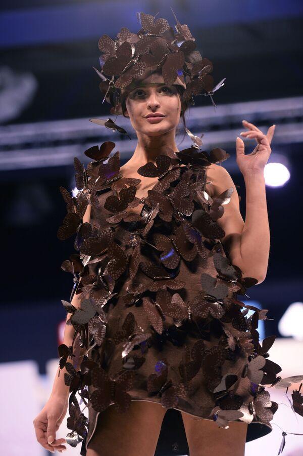 Una modella mostra un abito fatto di cioccolato al 5° Salone del cioccolato di Mosca all'Expocentre. - Sputnik Italia