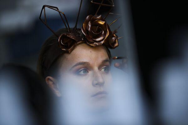 Una modella si trucca nel backstage mentre indossa una creazione fatta di cioccolato durante una sfilata di moda all'annuale festival del cioccolato a Bruxelles, 14 febbraio 2020. - Sputnik Italia