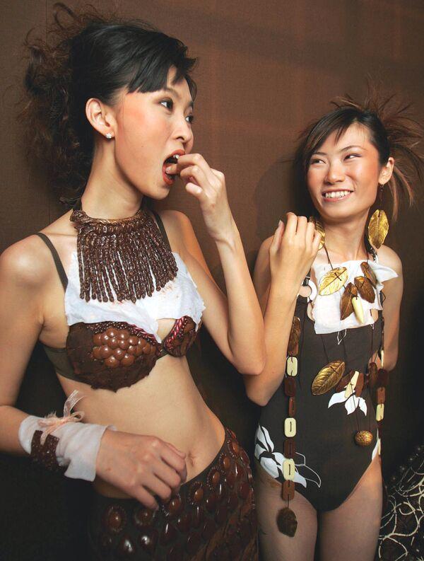 Le modelle, indossando abiti e gioielli ricoperti di cioccolato, sono pronte a partecipare ad una sfilata di moda a Pechino 10 giugno 2005. - Sputnik Italia