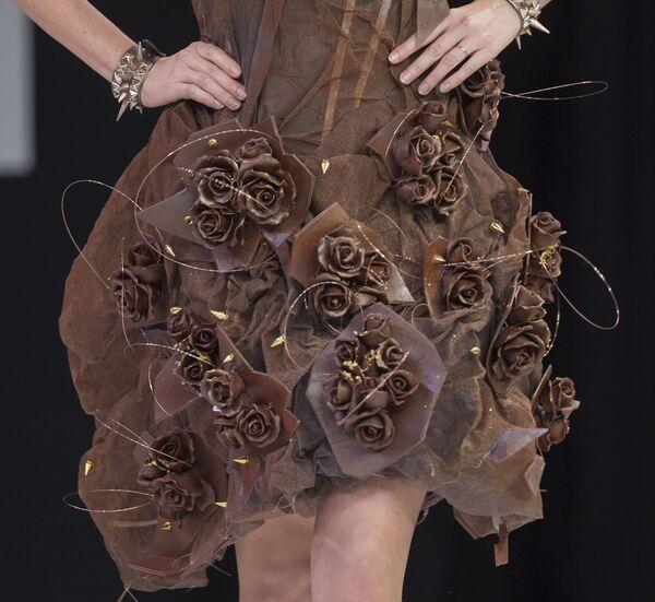 L'emittente francese Natacha Polony presenta un abito realizzato con il cioccolato, durante la sfilata di moda in abito di cioccolato come parte della 19esima Fiera mondiale del cioccolato, Parigi, 29 ottobre 2013. - Sputnik Italia