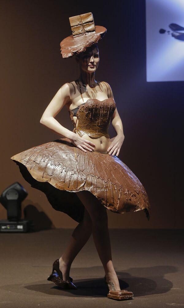 Una modella indossa una creazione della designer Emmie Wang e dello chef Giancarlo Cortinovis realizzata in cioccolato, durante l'apertura della Fiera del cioccolato a Milano, 9 febbraio 2017. - Sputnik Italia