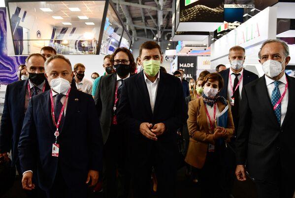 Il governatore della regione di Sverdlovsk Evgeny Kuyvashev, l'Ambasciatore d'Italia nella Federazione Russa Pasquale Terracciano e Carlo Ferro, Presidente del consiglio di Amministrazione dell'Agenzia ICE, alla fiera dell'innovazione e della tecnologia INNOPROM-2021 a Ekaterinburg, Russia. - Sputnik Italia