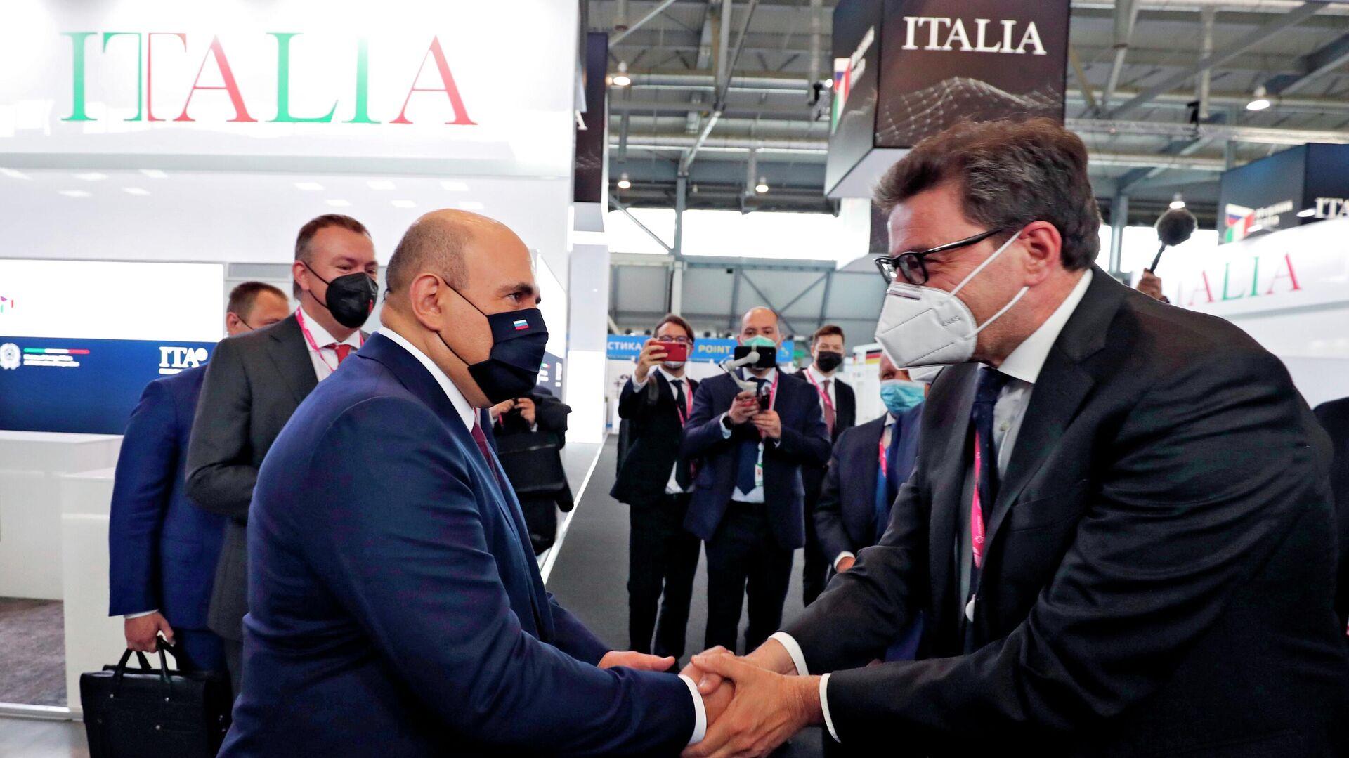 Il Primo ministro della Russia Michail Mishustin e il Ministro dello Sviluppo Economico italiano Giancarlo Giorgetti alla fiera dell'innovazione e della tecnologia INNOPROM-2021 a Ekaterinburg, Russia - Sputnik Italia, 1920, 12.07.2021