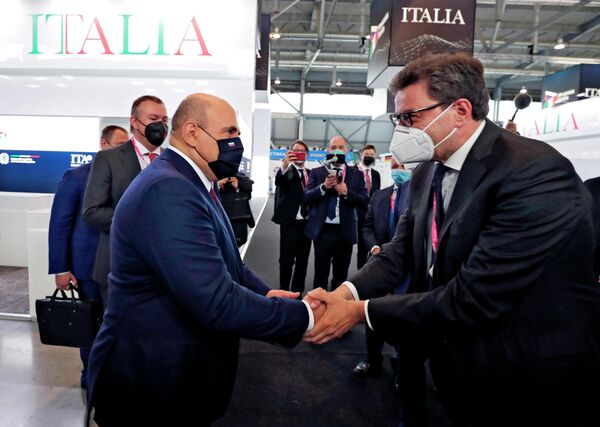 Il Primo ministro della Russia Michail Mishustin e il Ministro dello Sviluppo Economico italiano Giancarlo Giorgetti alla fiera dell'innovazione e della tecnologia INNOPROM-2021 a Ekaterinburg, Russia. - Sputnik Italia