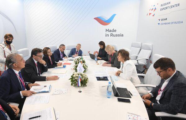 """Il Business Forum Italia-Russia nell'ambito della fiera dell'innovazione e della tecnologia INNOPROM-2021 a Ekaterinburg. L'evento, dedicato al tema """"Dalla produzione flessibile alla collaborazione nell'alta tecnologia"""", ha offerto l'occasione per discutere, insieme a imprenditori di fama internazionale e rappresentanti delle istituzioni e delle associazioni imprenditoriali dell'Italia e della Russia, le strategie di sviluppo del partenariato economico e industriale, la collaborazione scientifica, tecnologica e nell'innovazione, nonché le prospettive del Made in Italy in Russia. - Sputnik Italia"""