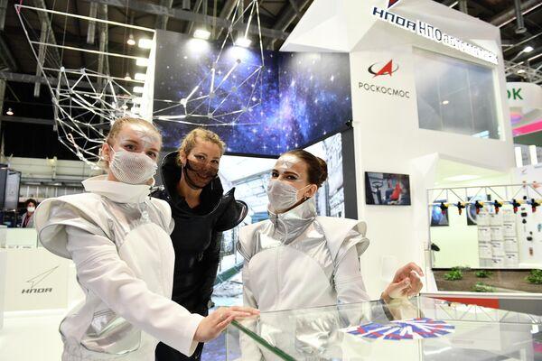 Le partecipanti alla fiera internazionale dell'industria e dell'innovazione INNOPROM-2021 a Ekaterinburg, Russia. - Sputnik Italia