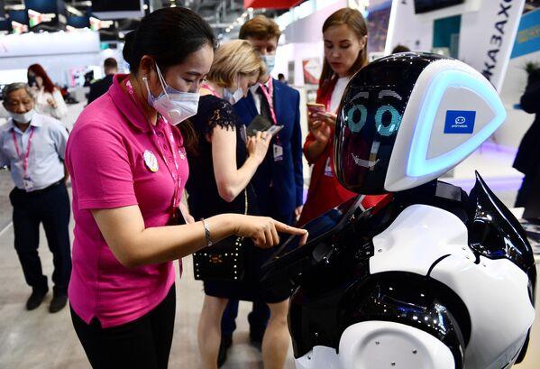 I visitatori alla fiera internazionale dell'industria e dell'innovazione INNOPROM-2021 a Ekaterinburg, Russia. - Sputnik Italia