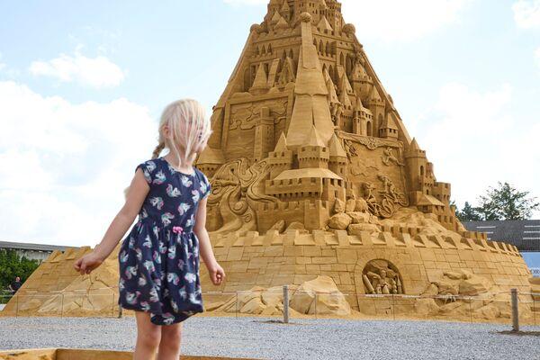 Una ragazza vicino al castello di sabbia più alto del mondo. - Sputnik Italia