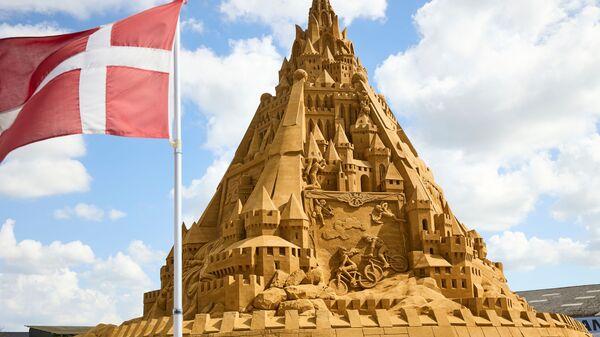 Датский флаг и самая высокая в мире песчаная скульптура в Дании  - Sputnik Italia