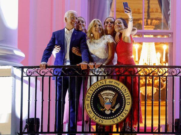 Il presidente americano Joe Biden, la First Lady, loro figlia e loro nipoti scattano le foto durante il Giorno dell'Indipendenza degli Stati Uniti, 4 guiglo. - Sputnik Italia
