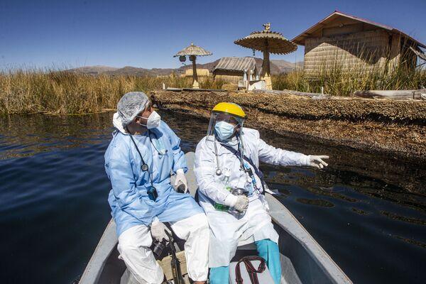 Gli operatori sanitari vanno alle isole Uros per vaccinare i cittadini con una dose del vaccino Sinopharm contro il COVID-19, nel lago Titicaca a Puno, in Perù, il 7 luglio 2021. - Sputnik Italia