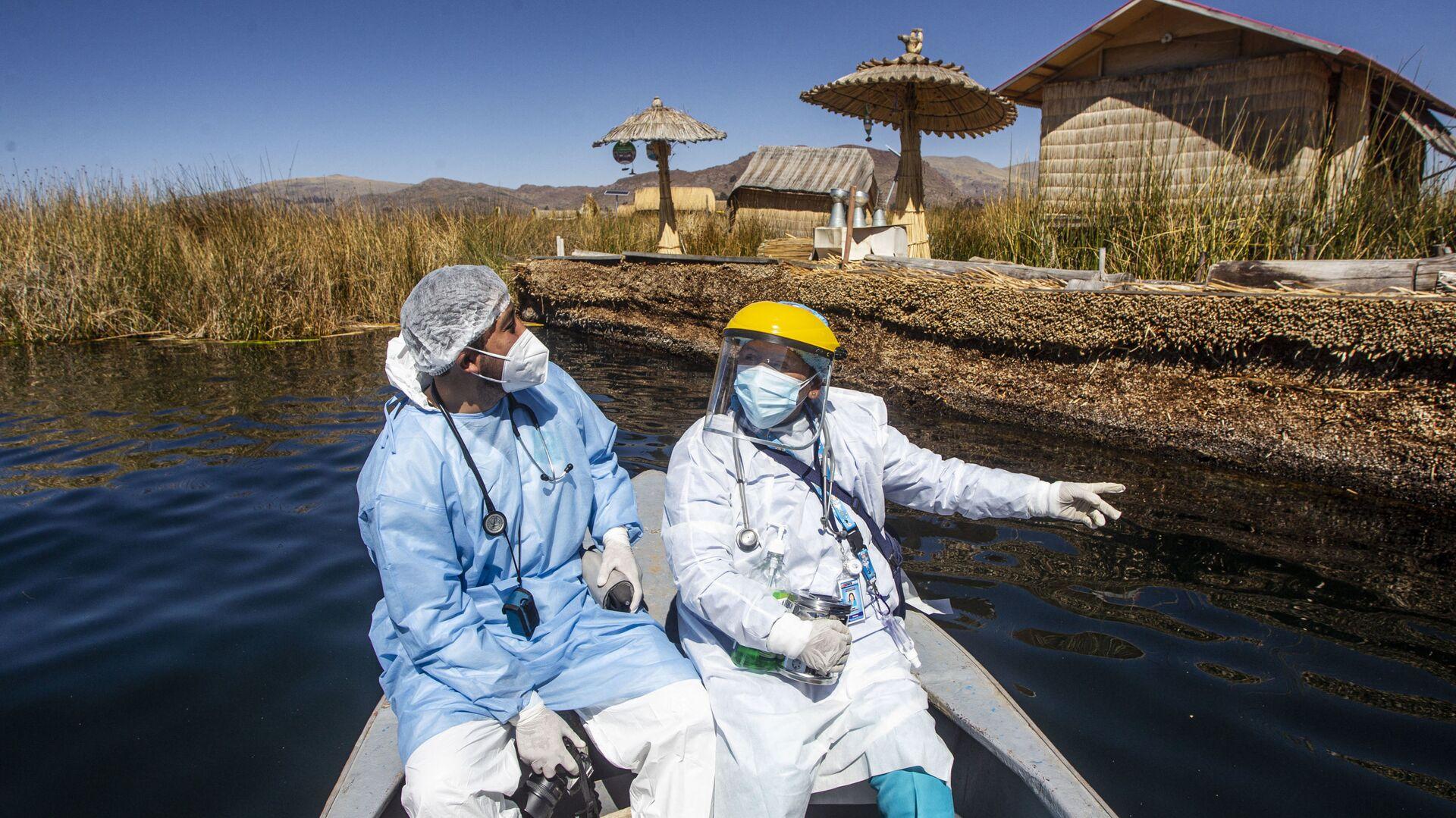 Медицинские работники прибывают на острова Урос для вакцинации граждан против коронавируса в Пуно, Перу - Sputnik Italia, 1920, 18.07.2021