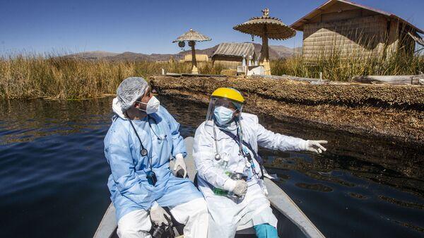 Медицинские работники прибывают на острова Урос для вакцинации граждан против коронавируса в Пуно, Перу - Sputnik Italia