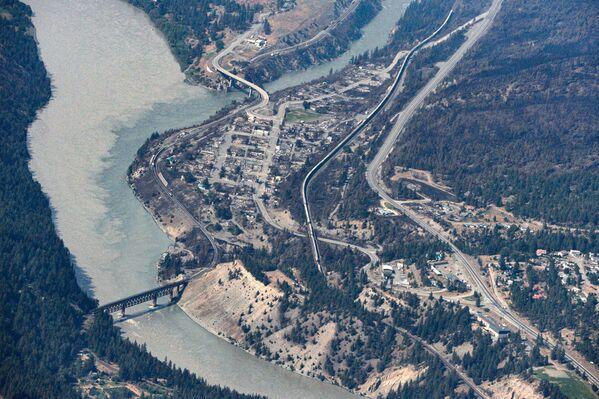 I resti carbonizzati di case ed edifici, distrutti da un incendio il 30 giugno, vengono lasciati a Lytton, Columbia Britannica, Canada, il 6 luglio 2021. - Sputnik Italia