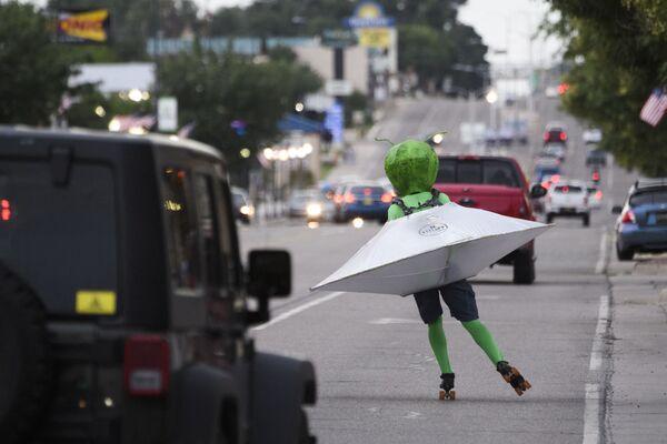 Una persona che indossa un costume alieno nel traffico lungo Main Street durante il Festival di UFO, a Roswell, Nuovo Messico, 2 luglio 2021. - Sputnik Italia