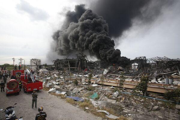 I vigili del fuoco lavorano per spegnere un incendio nel luogo di una massiccia esplosione nella provincia di Samut Prakan, in Thailandia, 5 luglio 2021. - Sputnik Italia
