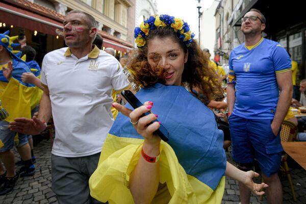 Una tifosa ucraina balla prima della partita Ucraina - Austria di Euro-2020 nel quartiere della città vecchia di Bucarest, Romania, 21 giugno 2021. - Sputnik Italia